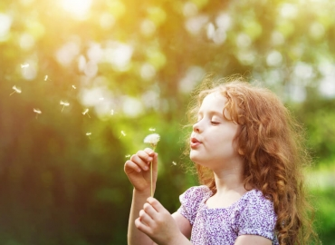 Airborne pollen is one of the causes of children's allergy reactions that need to be treated with medications